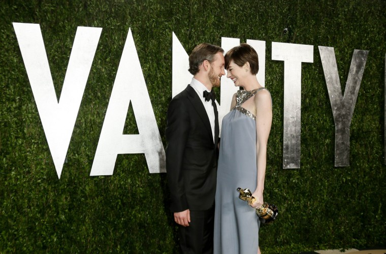 Anne Hathaway, wearing a custom-made Saint Laurent dress, and her husband Adam Shulman attend the 2013 Vanity Fair Oscars Party in West Hollywood, California February 25, 2013. (Danny Moloshok /Reuters photo)