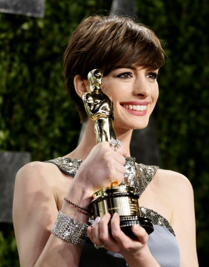 "Anne Hathaway holds her award for supporting actrress for ""Les Miserables"" at the 2013 Vanity Fair Oscars Party in West Hollywood, California February 25, 2013. (Danny Moloshok /Reuters photo)"
