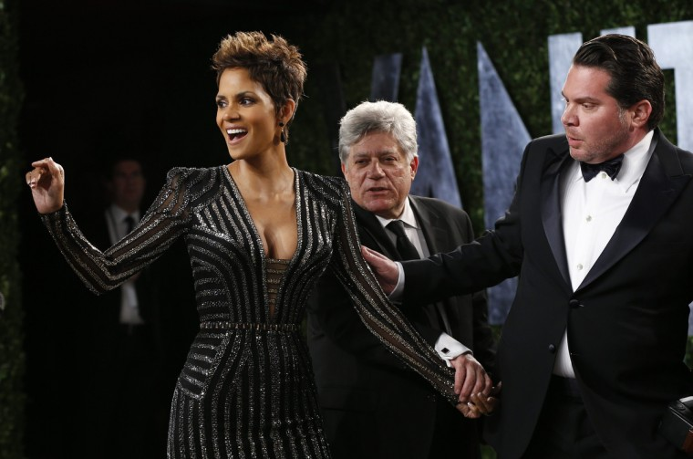 Halle Berry is guided to pose at the 2013 Vanity Fair Oscars Party in West Hollywood, California February 24, 2013. (Danny Moloshok /Reuters photo)