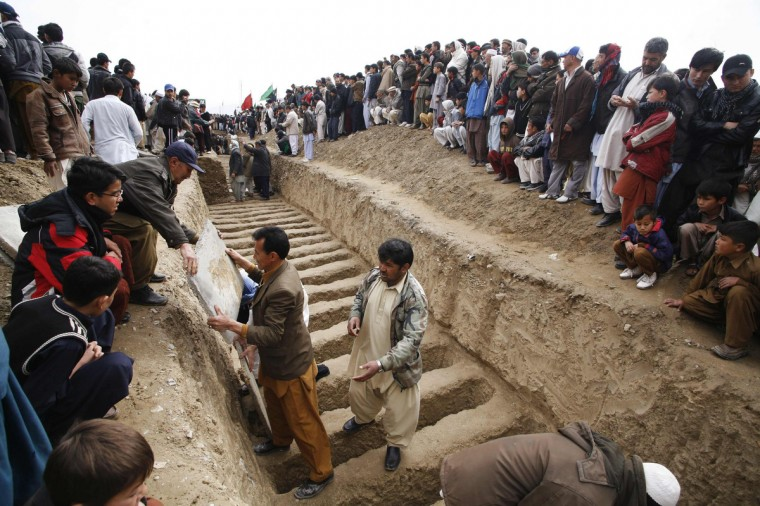 Shi'ite Muslims prepare graves to bury victims killed in Saturday's bomb attack, during a funeral in Quetta. Pakistani Shi'ites agreed to bury those killed in the most recent sectarian bombing, ending four days of protests, after the government said on Tuesday it had arrested 170 suspects linked to the attack. (Naseer Ahmed/Reuters)