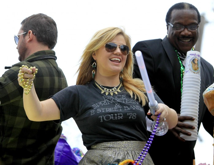 Singer Kelly Clarkson throws beads as she and members of the Krewe of Endymion parade down Orleans Avenue during the weekend before Mardi Gras in New Orleans, Louisiana February 9, 2013. (Sean Gardner/Reuters)