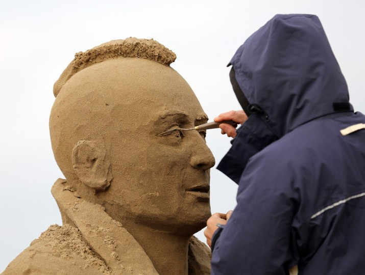 A sand sculptor works on a Robert De Niro in Taxi Driver. (Matt Cardy/Getty Images)