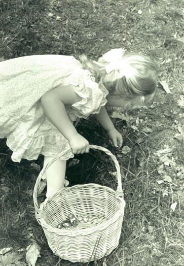 A young girl takes part in a Baltimore area Easter egg hunt in 1988. (The Baltimore Sun)