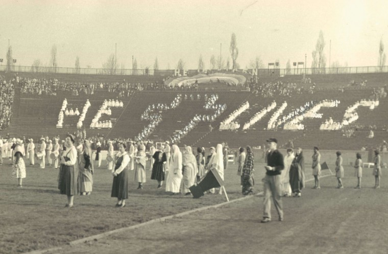 Worshippers celebrate Easter sunrise services at Municipal Stadium in 1943. (Baltimore Sun File Photo)