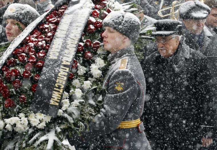 Palestinian President Mahmoud Abbas (R) takes part in a wreath laying ceremony under a heavy snowfall at the Tomb of the Unknown Soldier near the walls of Moscow's Kremlin. (Sergei Karpukhin/Reuters photo)