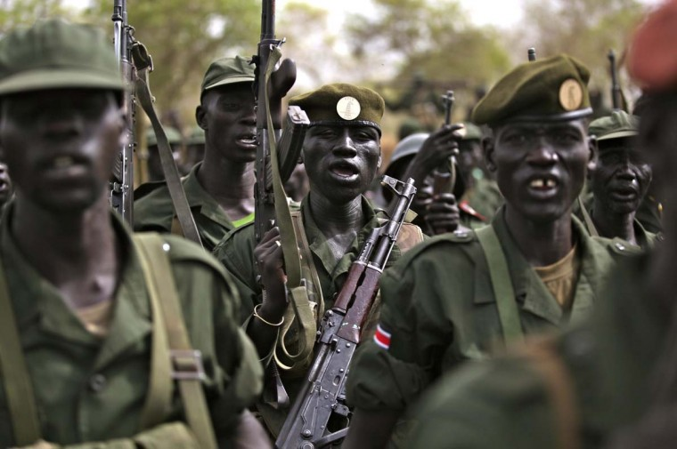 South Sudanese soldiers withdraw from the garrison town of Jau, the disputed border with Sudan March 17, 2013. South Sudan began pulling its army out of a buffer zone with its old civil war foe Sudan on Sunday and thousands of troops streamed out of this border garrison town. The creation of a demilitarised buffer zone is seen as a crucial first step in resuming landlocked South Sudan's oil exports through Sudan, which Juba shut off in January last year during a row with Khartoum over fees. Picture taken March 17, 2013. (Hereward Holland/Reuters)