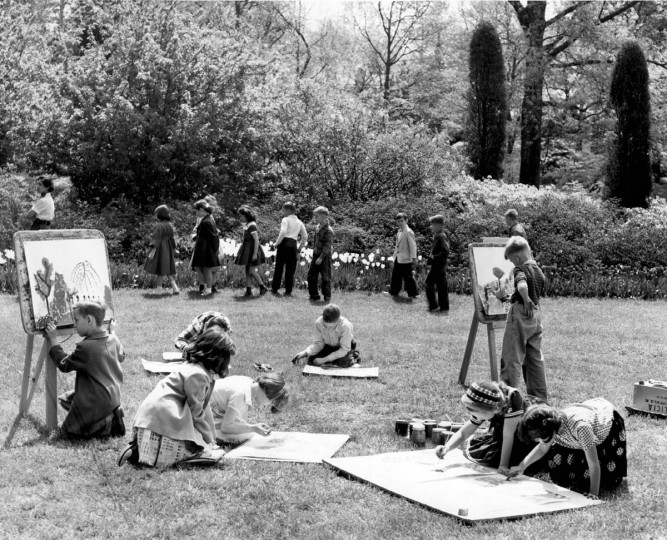 Second graders from Montebello School paint and draw at Sherwood Gardens in 1955. (Baltimore Sun File Photo)