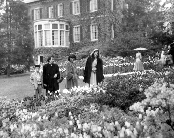 Visitors admire flowers in Guilford's Sherwood Gardens in the rain in 1948. The community's centennial is being planned for spring 2013. (Baltimore Sun File Photo)