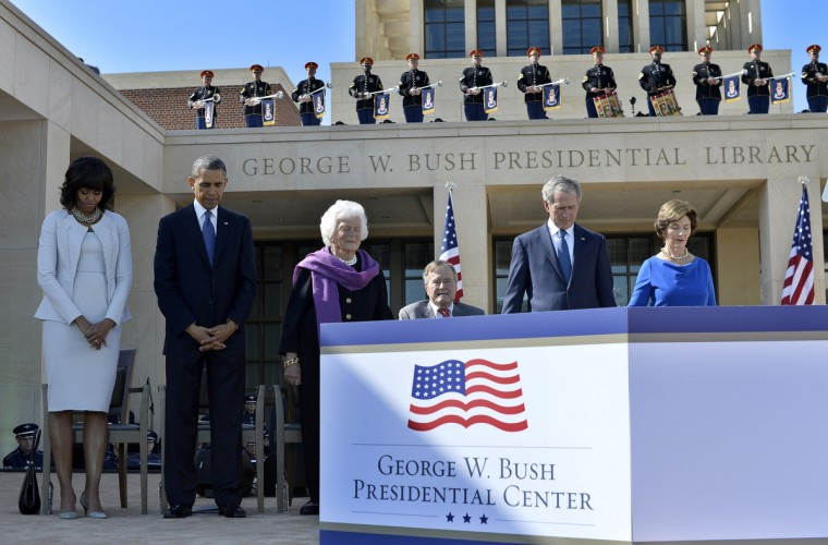 (L-R) US First Lady Michelle Obama, President Barack Obama, former First Lady Barbara Bush, former President George H.W. Bush, former President George W. Bush and former First Lady Laura Bush pray during the George W. Bush Presidential Center dedication ceremony in Dallas, Texas. (Jewel Samad/Getty Images)