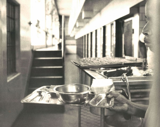 A detainee brings meals to individual cells in 1969. (Baltimore Sun File Photo)