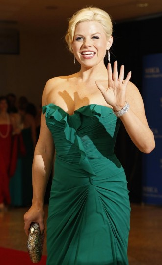 Actress Megan Hilty waves on the red carpet at the annual White House Correspondents' Association dinner in Washington, April 27, 2013. (Jonathan Ernst/Reuters)