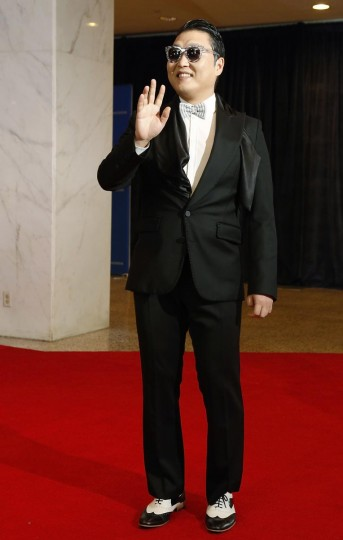 South Korean rapper Psy waves on the red carpet at the annual White House Correspondents' Association dinner in Washington, April 27, 2013. (Jonathan Ernst/Reuters)