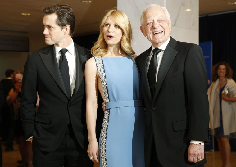 Actors Hugh Dancy (L-R), his wife Claire Danes and Bob Schieffer of CBS News pose on the red carpet at the annual White House Correspondents' Association dinner in Washington April 27, 2013. (Jonathan Ernst/Reuters)