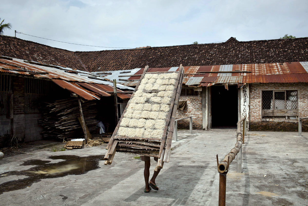 Indonesian factory uses traditional noodle-making technique