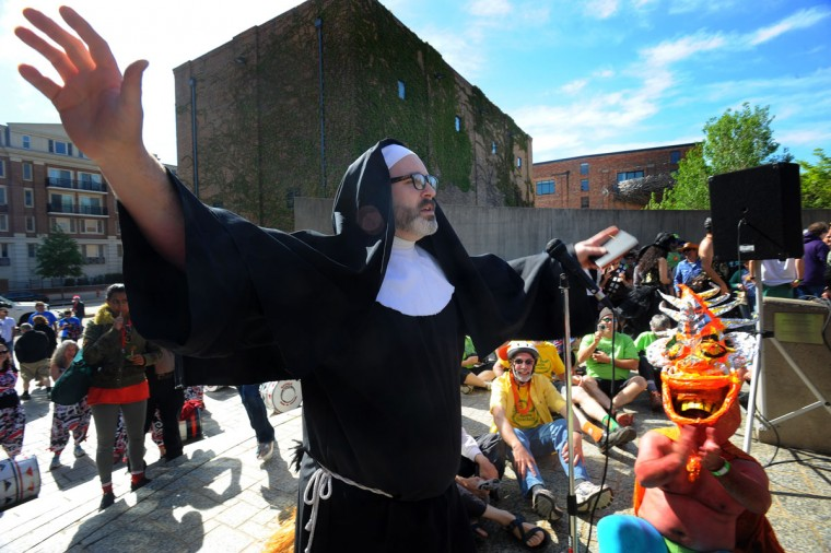 "Joe Wall, aka ""Sister Oblivion,"" conducts the ""blessing of the feet"" ceremony for peddlers before the start of the 15th annual Kinetic Sculpture Race. (Kenneth K. Lam/Baltimore Sun Photo)"