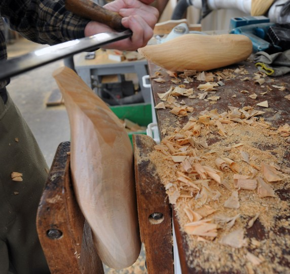 Bryon Bodt works on a decoy duck body. (Kenneth K. Lam/Baltimore Sun)