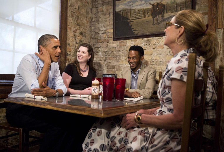 U.S. President Barack Obama eats lunch with local residents Caroline Sweet (2nd L), a teacher ; Tyson Simmons (C), a registered nurse ; Joe Alonzo, (unseen) a paint and drywall contractor, and Agnes Wommack a small business owner at Stubb's Bar-b-q in Austin, Texas, May 9, 2013. (Joshua Roberts/Reuters)