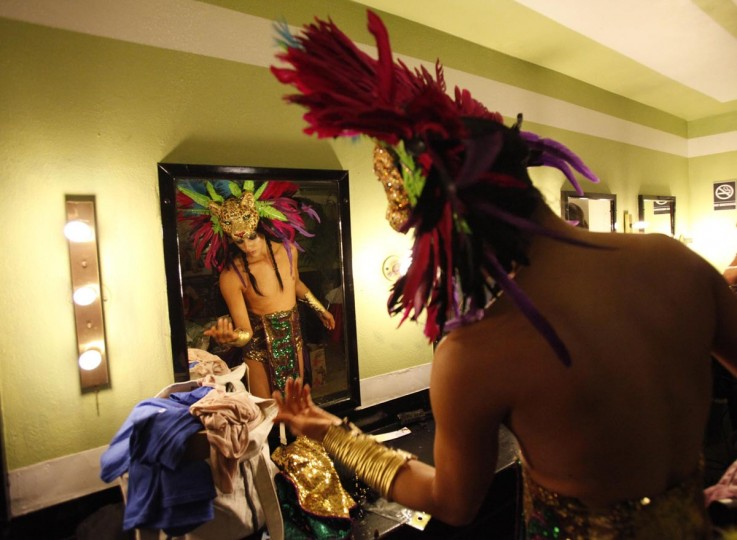 Performer Karis Wilde rehearses backstage before the Lucha VaVOOM show as part of a Cinco de Mayo celebration at the Mayan theatre in Los Angeles, California May 5, 2013. (Mario Anzuoni/Reuters)