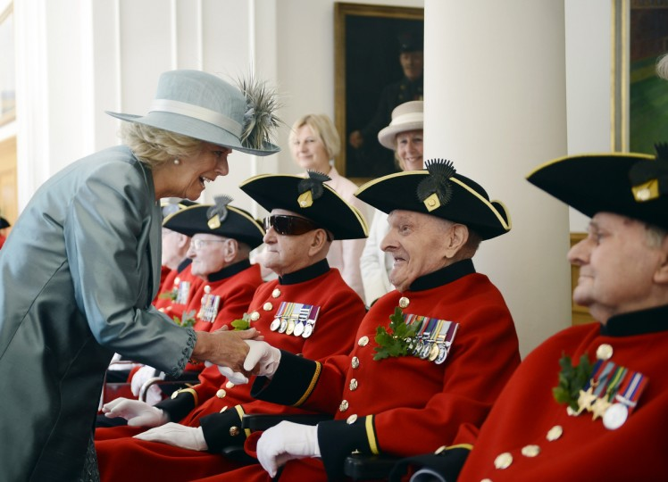 Camilla, Duchess of Cornwall, speaks with Chelsea Pensioners, all British veteren soldiers, during the annual Founder's Day Parade at the Royal Chelsea Hospital in London. In-Pensioners at the Royal Chelsea Hospital were inspected by the Duchess of Cornwall today during their annual Founder's Day. (Bethany Clarke/Getty images)