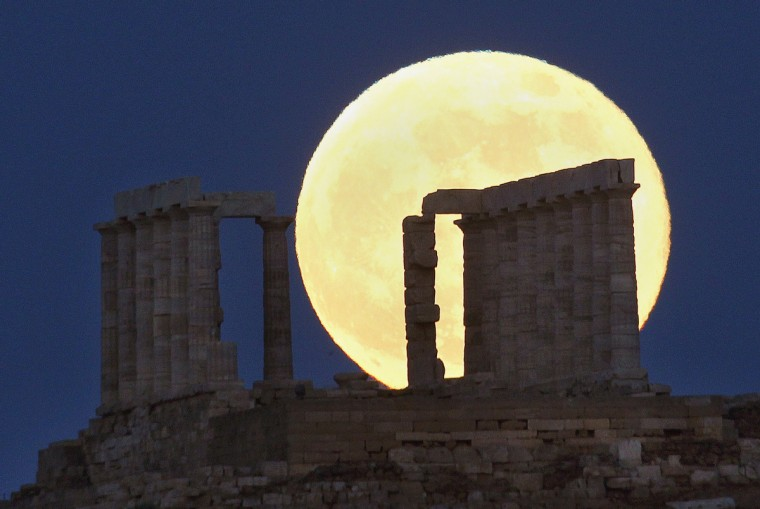 A supermoon rises over the temple of Poseidon, the ancient Greek god of the seas, in Cape Sounion some 60 km (37 miles) east of Athens.(Yannis Behrakis/Reuters photo)