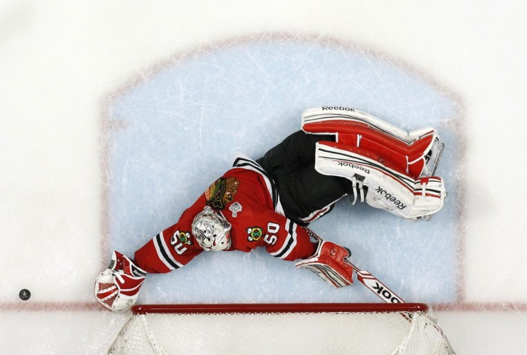 Chicago Blackhawks goalie Corey Crawford makes a save in overtime against the Boston Bruins during Game 1 of their NHL Stanley Cup Finals hockey series in Chicago, Illinois, June 12, 2013. (Jeff Haynes/Reuters0