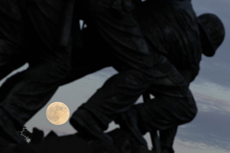"The largest full moon of 2013, also referred to as a ""supermoon,"" rises at the Iwo Jima memorial in Arlington, Virginia, near Washington, June 22, 2013. (Jason Reed/Reuters)"