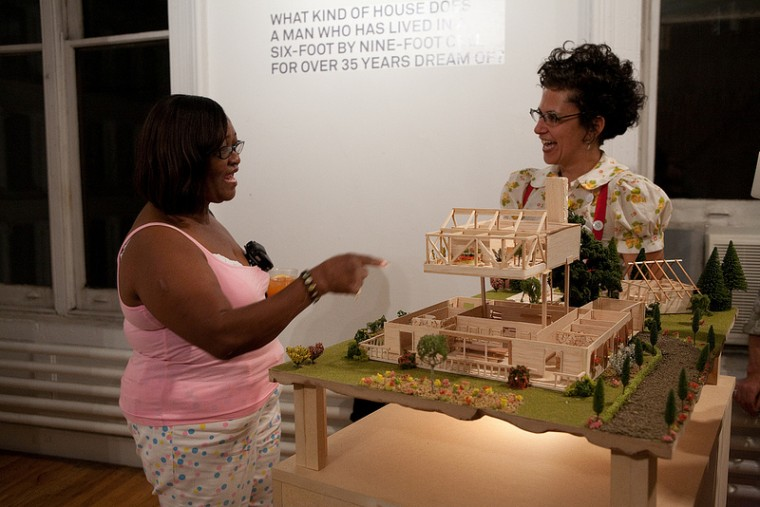 Jackie Sumell talks with with Vickie Wallace at the art exhibit. (Credit: Mizue Aizeki)