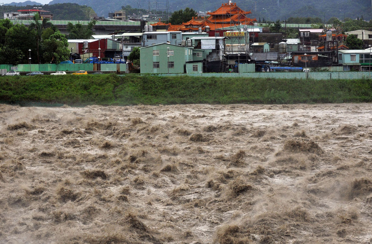 Typhoon Soulik batters Taiwan, heads to mainland China