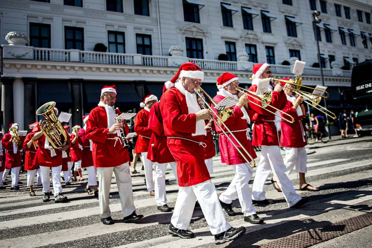 July 22 Photo Brief: Santas take to the streets, international protests continue, the countdown to the Royal baby