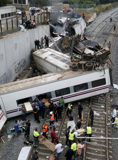 Emergency members attend to passengers injured in a train accident that derailed near Santiago de Compostela, Spain, Wednesday, July 24, 2013. (Lavandeira Jr./EFE via Zuma Press/MCT)