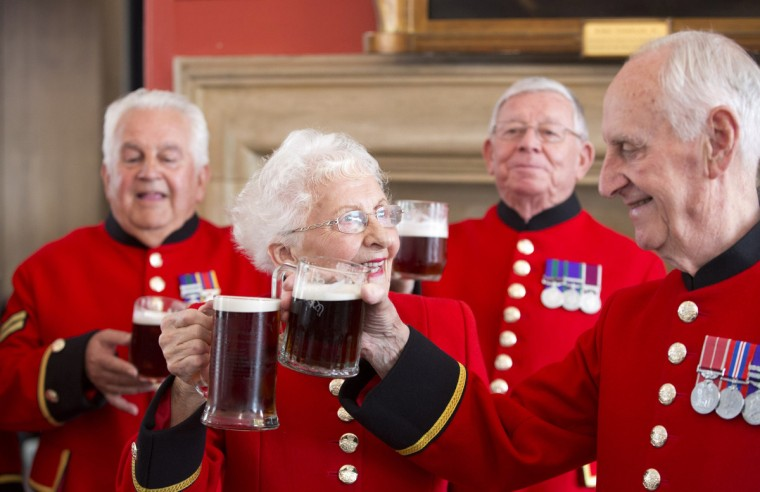 Chelsea pensioners toast the birth of a baby boy born to Britain's Prince William and Catherine, Duchess of Cambridge at the Royal Chelsea Hospital in London. Prince William's wife Kate gave birth to a boy on Monday, the couple's first child and the third in line to the British throne, heralding celebrations in London and messages of goodwill from across the world. (Neil Hall/Reuters photo)