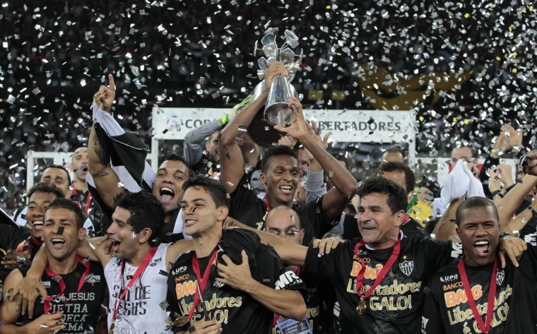 Players of Brazil's Atletico Mineiro hold up the trophy after beating Paraguay's Olimpia in the Copa Libertadores second leg final soccer match in Belo Horizonte, July 24, 2013. (Andres Stapff?Reuters)