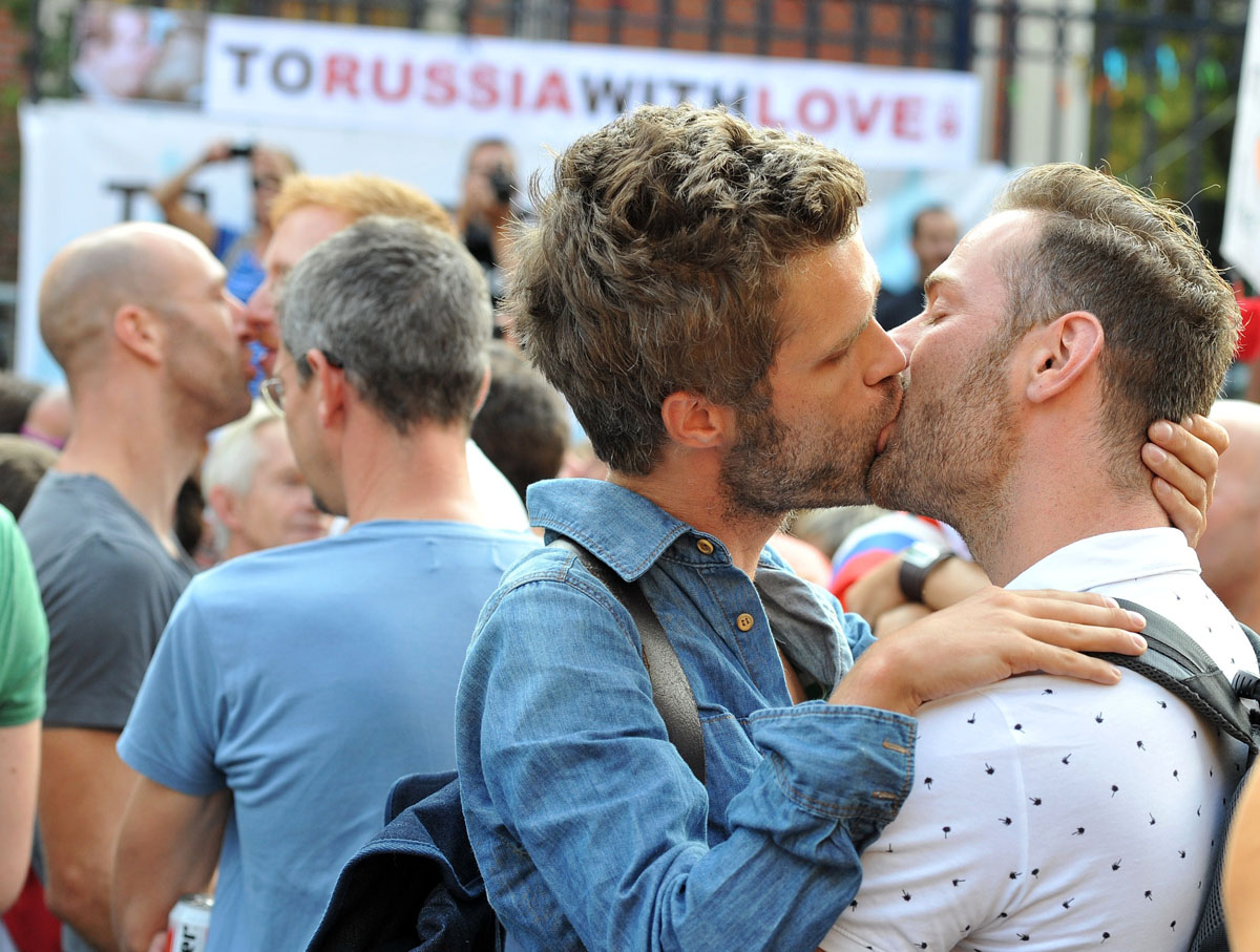 August 9 Photo Brief: 'Kiss-in' protests Russia's anti-gay laws, Singapore's National Day
