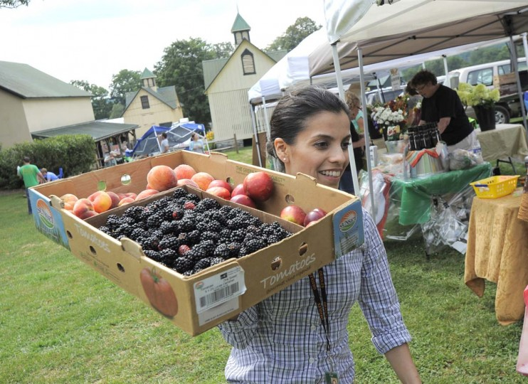 """Orioles chef Jenny Perez purchases blackberries and peaches at the farmers' market. Said Brian Roberts: """"I think in general, baseball has probably been behind the curve. But I think the guys in here are starting to understand the benefits [of eating healthy]. (Lloyd Fox/Baltimore Sun Photo)"""
