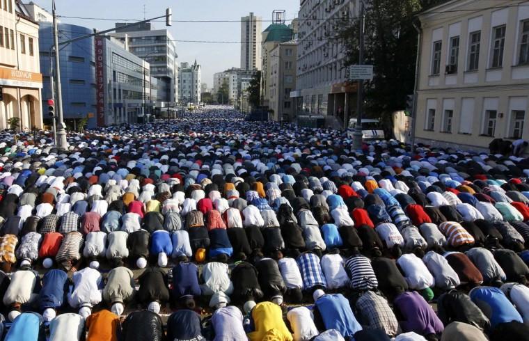 Thousands of believers take part in morning prayers to celebrate the first day of Eid-al-Fitr in Moscow August 8, 2013. The Eid al-Fitr festival marks the end of the Muslim holy fasting month of Ramadan. (Sergei Karpukhin/Reuters)