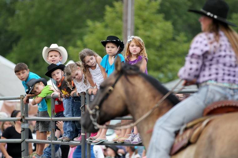 Kids watch as a horse passes before the start of the Bull Blast. (Jen Rynda/BSMG)