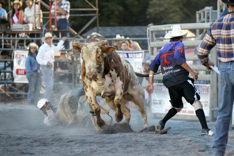 A rider gets tossed off a bull. (Jen Rynda/BSMG)