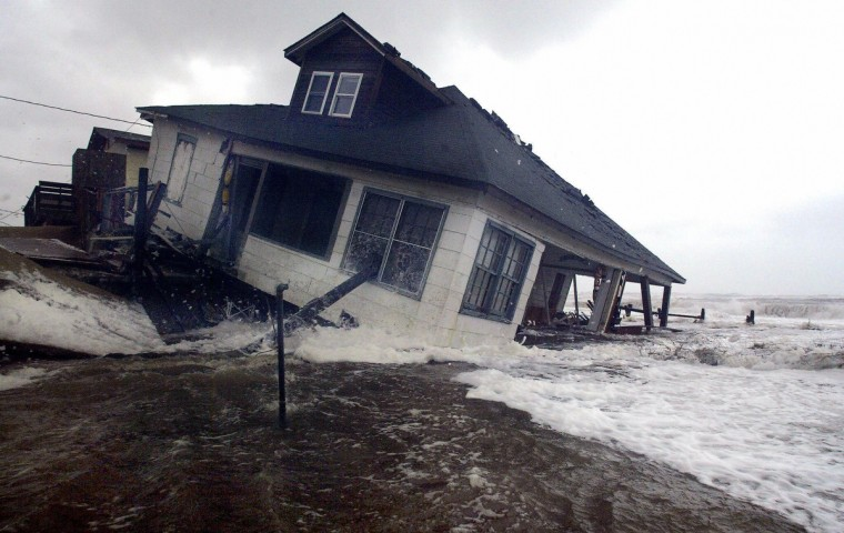 A beach front home in Kitty Hawk, North Carolina, washes out to sea, 18 September 2003, in the Outer Banks in North Carolina as a result off Hurricane Isabel. Hurricane Isabel lashed the US East Coast 18 September, killing three people, as winds and floods forced the evacuation of more than 300,000, grounded flights at 19 airports and shut down the US government. (Paul J. Richards/Getty images)