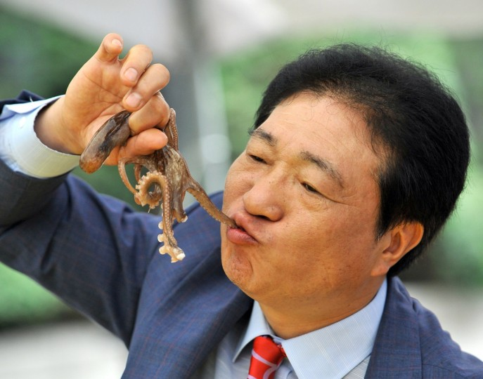 A South Korean man eats a live octopus during an event to promote a local food festival in Seoul. (Jung Yeon-Je/Getty Images)