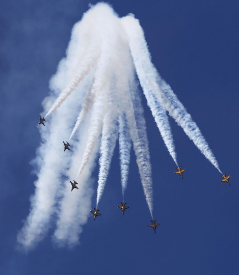 """The South Korean air force acrobatic team """"Black Eagles"""" performs maneuvers during a rehearsal for the upcoming anniversary of the Armed Forces Day at a military airport in Seongnam, south of Seoul. (REUTERS/Kim Hong-Ji)"""