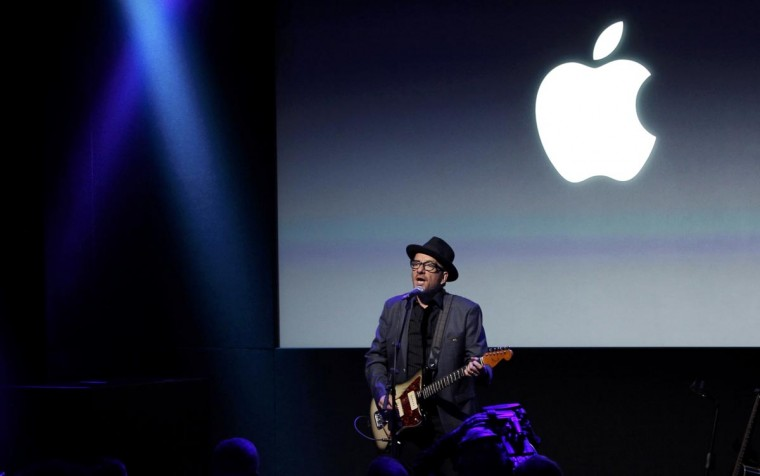 Singer Elvis Costello performs during Apple Inc's media event in Cupertino, California September 10, 2013. (Stephen Lam/Reuters)