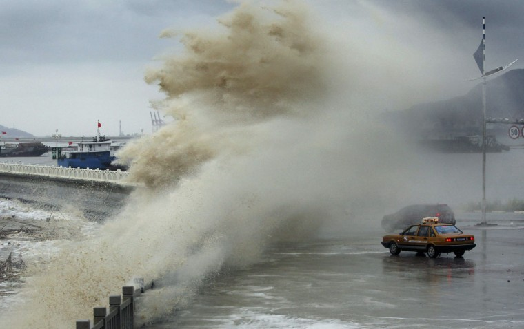 Vehicles are seen hit by a storm surge under the influence of Typhoon Usagi at the coastline in Lianyungang, Jiangsu province. (Reuters photo)
