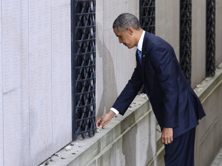 U.S. President Barack Obama places a stone in memory of Swedish diplomat Raould Wallenberg at the Stockholm Synagogue. Wallenberg issued thousands of protective passports to jews in nazi-occupied Hungary in 1944-45. Obama is on a two-day official visit to Sweden. (Claudio Bresciani/Scanpix)
