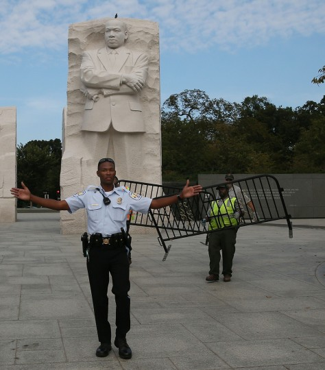 A U.S. Park Police officer assists Park Service employees in closing down the Martin Luther King (MLK) Memorial on the National Mall October 1, 2013 in Washington, DC. (Mark Wilson/Getty Images)