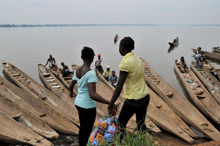 People prepare to cross by boat the Oubangui River to reach Congolese city Zongo in Bangui. (ISSOUF SANOGO / AFP/Getty Images)