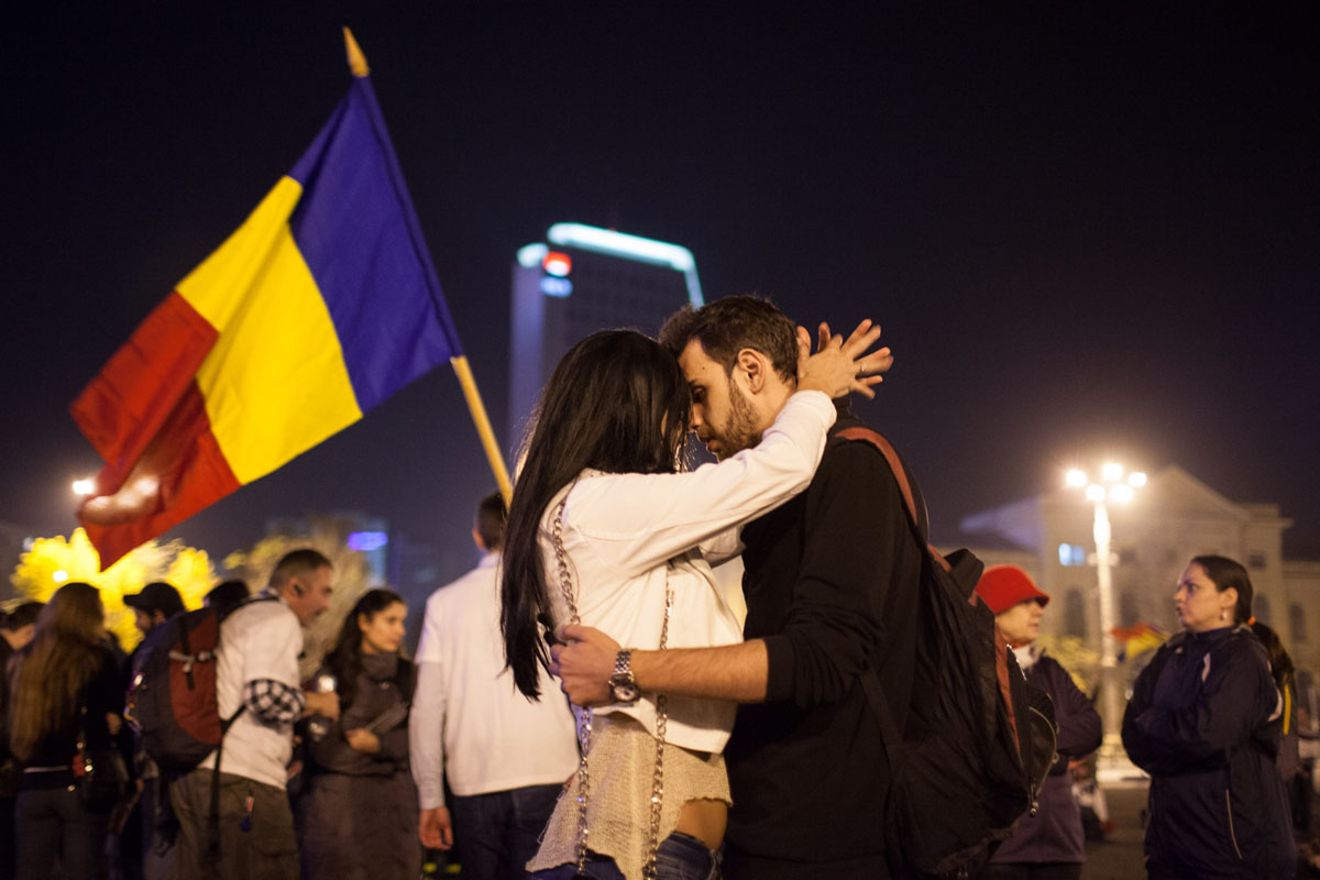 Oct. 28 Photo Brief: Romance at a protest, voting in Manila, bullriding in Lima