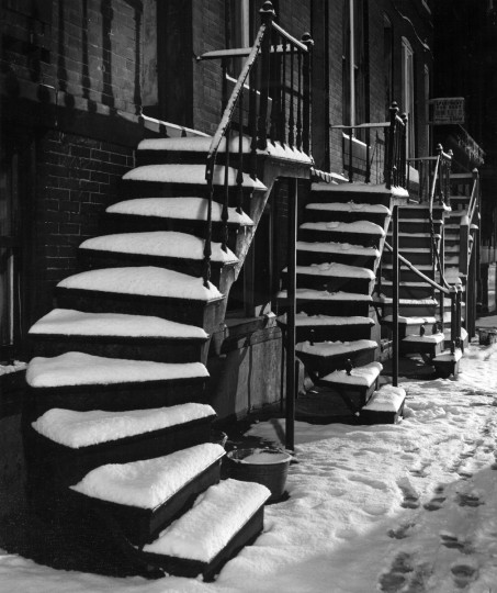 Snow blankets a row of houses on West Fayette Street near Charles Street in Feb. 1956. (Richard Stacks/Baltimore Sun)