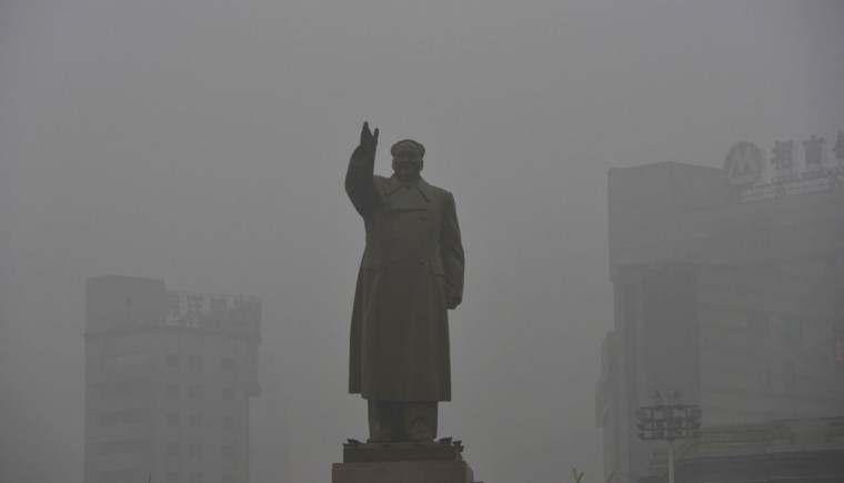 A statue of China's late Chairman Mao Zedong is seen on a smoggy day in Shenyang, located in the Liaoning province. (Reuters photo)