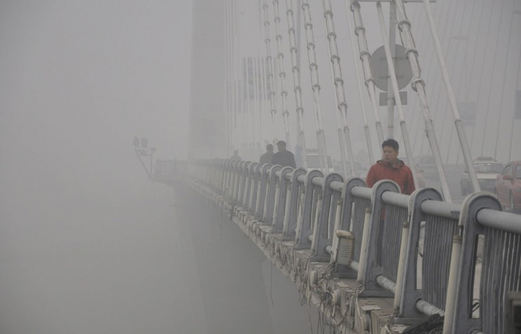 People walk on a bridge during a smoggy day in Jilin. (Reuters photo)