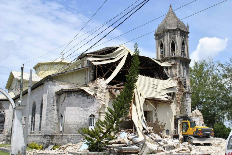 A crane operates in front of the collapsed Our Lady of Assumption Parish after a strong earthquake struck Dauis town, Bohol province, central Philippines. (Reuters photo)